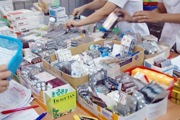 Tặng tài liệu thực hành bán thuốc cho sinh viên ngành Dược