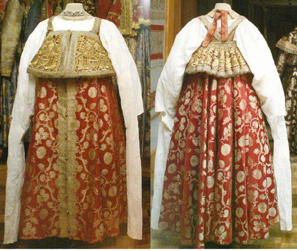 Một cặp váy Sarafan truyền thống của phụ nữ Nga.
