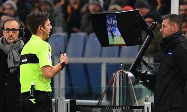 Màn hình hỗ trợ trọng tài được đặt ở giữa sân vận động, phía sau đường pitch. Ảnh: Getty.