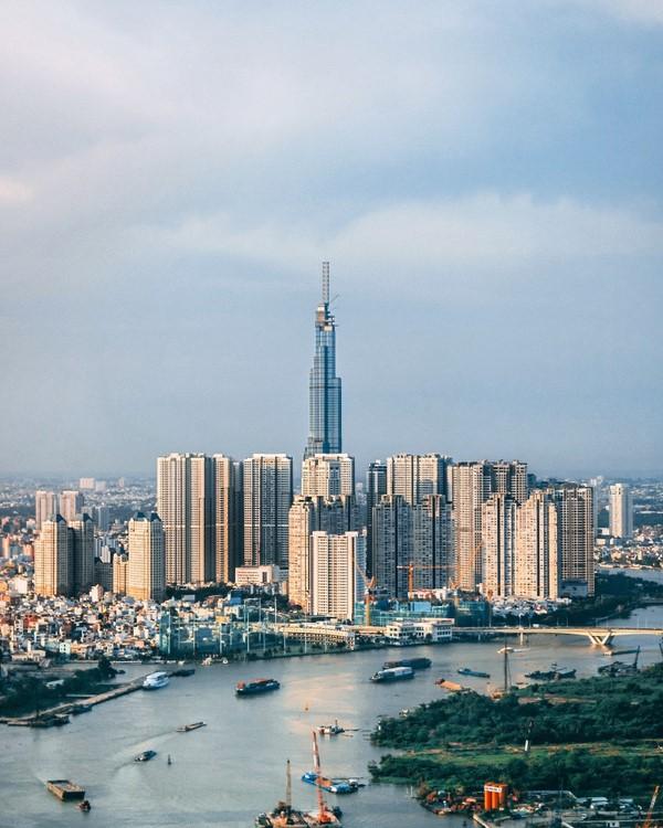 Sau hơn 1.000 ngày thi công, hôm nay (26/7), tòa nhà Landmark 81 nằm trên đường Nguyễn Hữu Cảnh, quận Bình Thạnh, TP. HCM chính thức đi vào hoạt động với hạng mục đầu tiên. Với chiều cao 461,3 m, Landmark 81 trở thành toà nhà cao nhất Việt Nam và nằm trong top 15 toà nhà cao nhất thế giới. Ảnh: @minhmigoi.