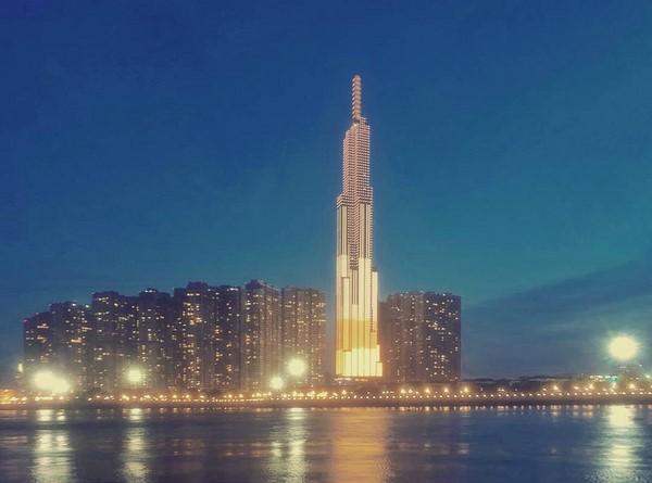 Từ khoảng 18h, Landmark 81 bắt đầu thắp đèn khiến cả khu vực Vinhomes bừng sáng bên dòng sông Sài Gòn. Ảnh: @v.u.o.n.g.n.g.u.y.e.n.