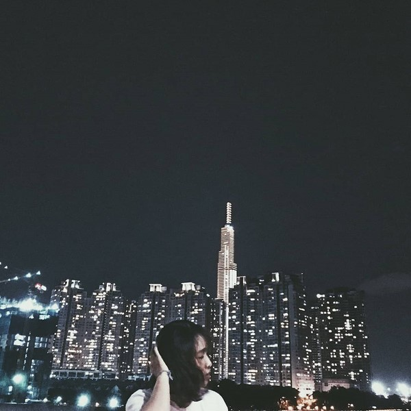 Nếu ban ngày chưa kịp check-in, giới trẻ vẫn có ảnh đẹp theo kiểu lung linh, huyền ảo buổi tối với Landmark. Ảnh: @nhuu.yy.