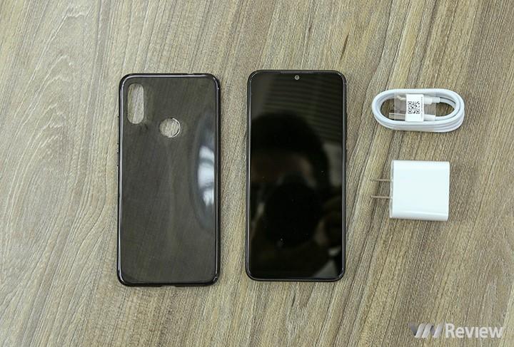 Các phụ kiệm đi kèm gồm củ sạc thường, cáp USB Type C và ốp lưng nhựa rất mỏng.