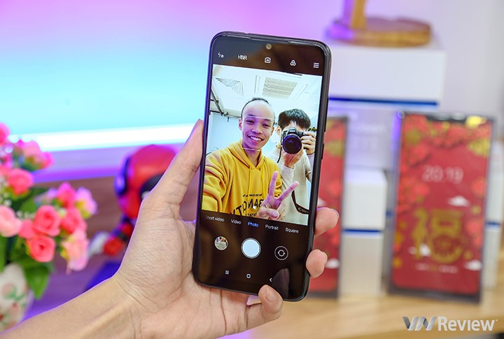 Ở phía trước, Redmi Note 7 sử dụng camera 13MP.