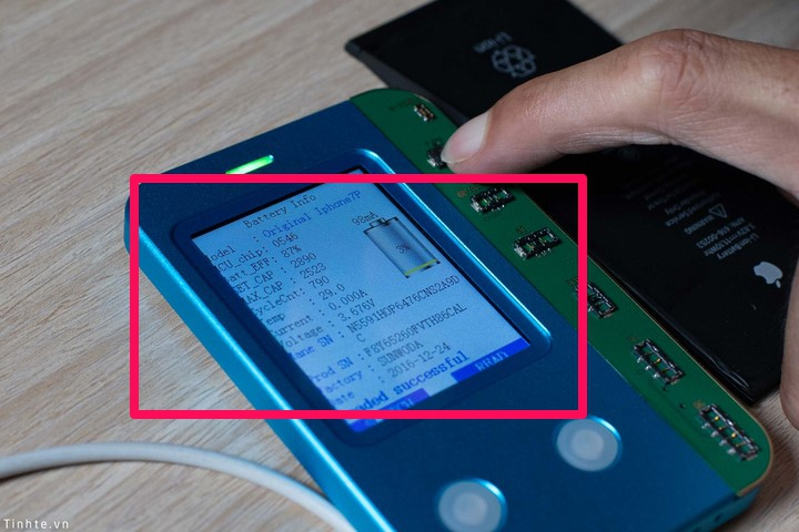 Thiết bị sẽ sáng đèn hiển thị các thông tin ban đầu của cục pin . Cụ thể trong trường hợp này cục pin iPhone đã sạc 790 chu kỳ, sức khoẻ 87%.