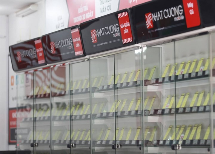 Tủ bày điện thoại trống trơn trong các cửa hàng. Ảnh: Tất Định