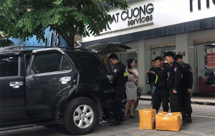 13h30, nhiều thùng giấy được mang ra khỏi Trung tâm bảo hành của Nhật Cường. Ảnh: Võ Hải