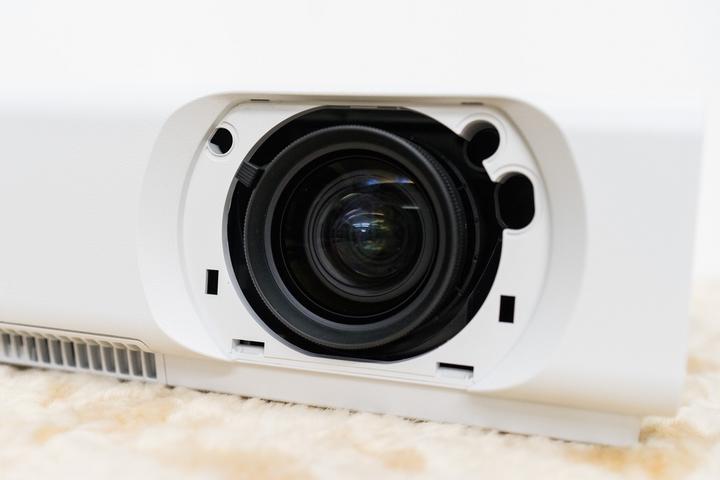 Sony VPL-CH355 đó chính là tích hợp độ sáng khá cao để phù hợp với môi trường của phòng họp thường không được xử lý ánh sáng