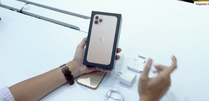 Đầu tiên phải nói là hộp màu trắng thường thấy không còn mà thay vào đó là màu đen quay trở lại màu của những chiếc iphone đời đầu chăng. Bên trên vỏ hộp là hình mặt lưng của iPhone 11 Pro Max khá to chiếm hết khích thước của hộp luôn.