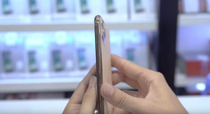Khung viền máy làm bằng thép không gỉ và được hoàn thiện cực kỳ liền lạc và trơn tru với phần mặt kính ở phía sau . Phía mặt lưng có phủ một lớp kính mờ nên sẽ không còn bị dính dấu vân tay, dòng chữ iPhone cũng được loại bỏ luôn rồi .