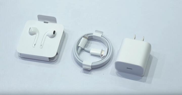 Khui hộp ra bên trong sẽ bao gồm : Cáp sạc sử dụng cổng Lightning với đầu nối là cổng USB-C, Củ sạc 18W, tai nghe, không có cáp chuyển đổi từ cổng Lightning sang USB-C.