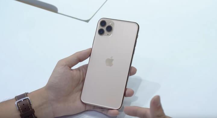 Nhìn vào iPhone 11 Pro Max không khác gì so với iPhone XS Max ra mắt năm ngoái.