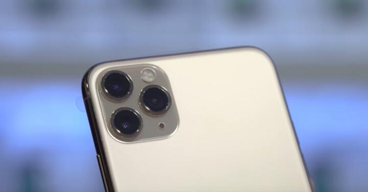 Niếu như nhìn vào cụm 3 camera trên iPhone 11 Pro Max chúng ta sẽ có cảm giác nó bị lồi tuy nhiên thực tế thì không phải như vậy bởi niếu so với iPhone XS Max thì nó lồi ít hơn nhiều