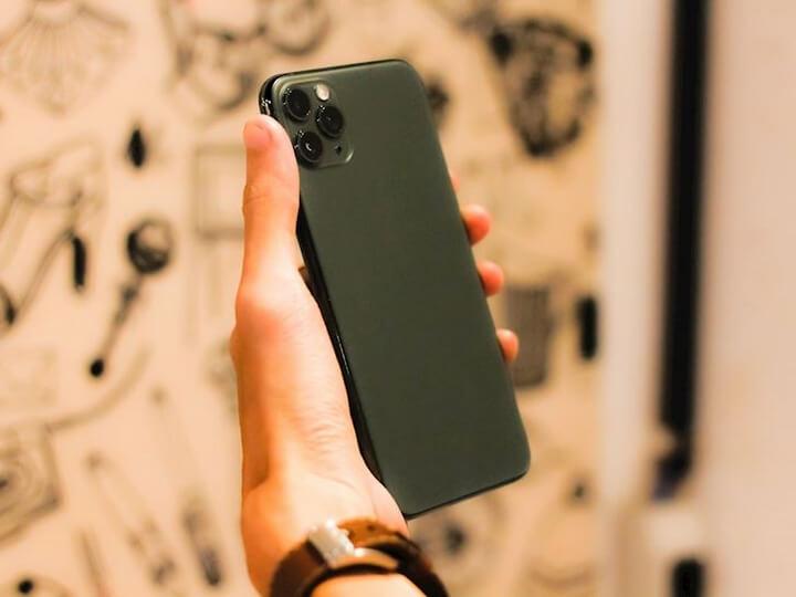 Cảm nhận khi cầm trên tay iPhone 11 Pro Max Midnight Green