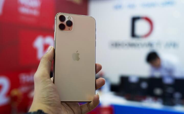 Khi được cầm máy trên tay cảm giác là máy rất chắc chắn độ hoàn thiện tốt . Hai mặt nguyên khối viền thép hai bên nhìn rất cao cấp, nét tương đồng iPhone XS Max năm ngoái.