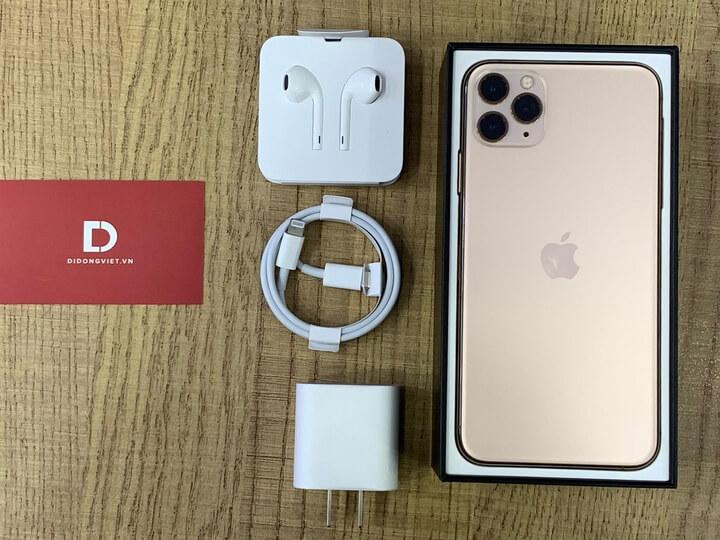 Khui hộp ra bên trong có thân máy tai nghe cổng kết nối lightning, cáp USB-C to lightning và củ sạc nhanh 18W. Ơn dời cuối cùng thì Apple cũng đã có củ sạc nhanh kèm theo rồi.