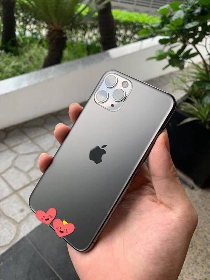 Một vài người tỏ ra ngưỡng mộ người sở hữu cả 3 chiếc điện thoại mới.
