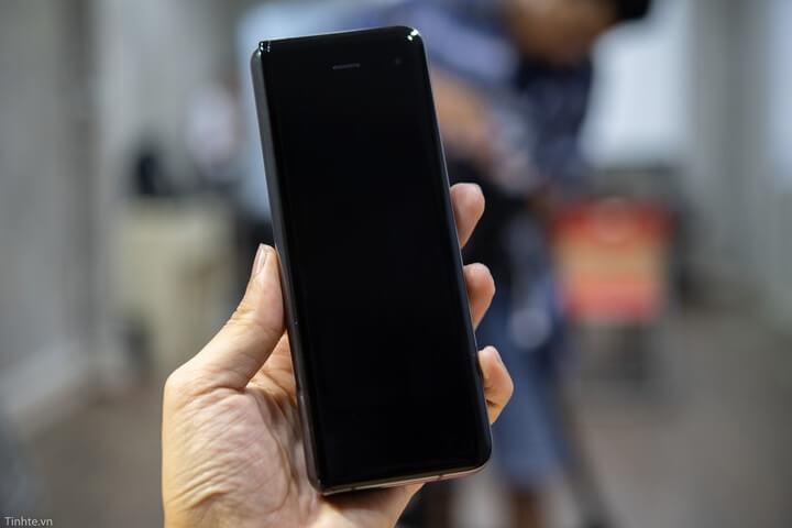 Samsung Galaxy Fold khi ở trạng thái gập lại
