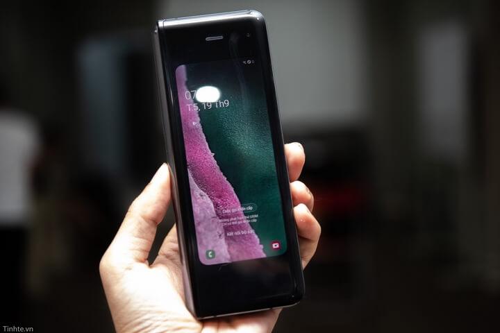 Samsung Galaxy Fold khi ở trạng thái gấp sẽ có màn hình 4.6 inch nằm ở giữa máy và tất nhiên là có đầy đủ các chức năng nghe gọi, chạy app....