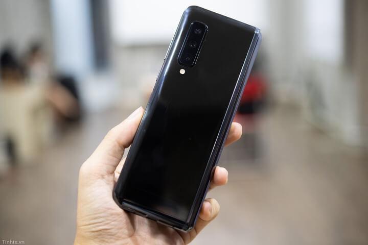 Mặt sau là cụm camera đặt dọc ở cạnh bên với các dãi tiêu cự giống như Galaxy Note 10 và 10 Plus.