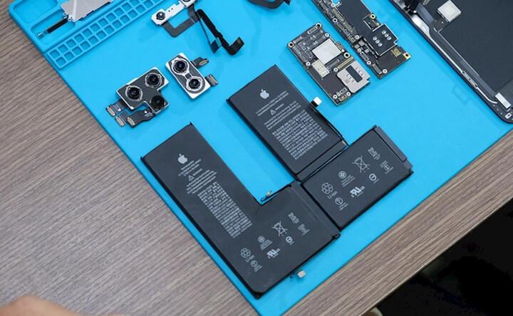 Pin của 11 Pro Max dạng nguyên khối hình chữ L, dung lượng lớn hơn iPhone Xs Max (2 socket nối vào cổng sạc + 1 vào main )