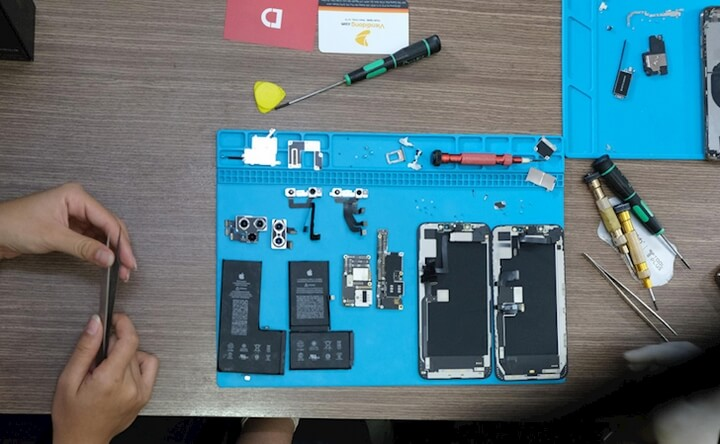 Toàn bộ nội thất bên trong của iPhone 11 Pro Max (trái) và iPhone Xs Max (phải)