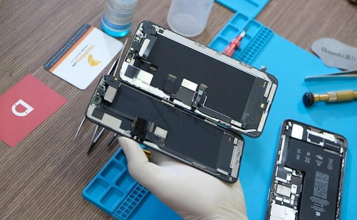 Màn hình iPhone 11 Pro Max (trái) và iPhone Xs Max (phải).
