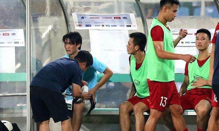 Tiếc rằng sau hiệp 1, Tuấn Anh sớm bị thay ra nghỉ. Tiền vệ tuyển Việt Nam gặp vấn đề về cơ đùi sau và phải cần đến sự chăm sóc của các bác sỹ.