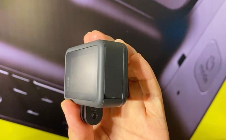 Phía cạnh trái vừa là hộc chứa pin, khe cắm thẻ nhớ và cổng sạc USB-C. Việc loại bỏ khung viền cũng giúp thao tác thay pin, cắm sạc phụ cũng như lấy thẻ nhớ trở nên tiện lợi, nhanh chóng hơn.