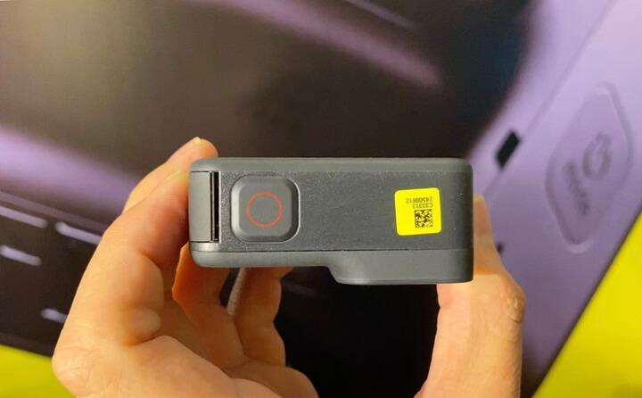 Trên đầu vẫn là nút bấm quay phim nhanh quen thuộc.