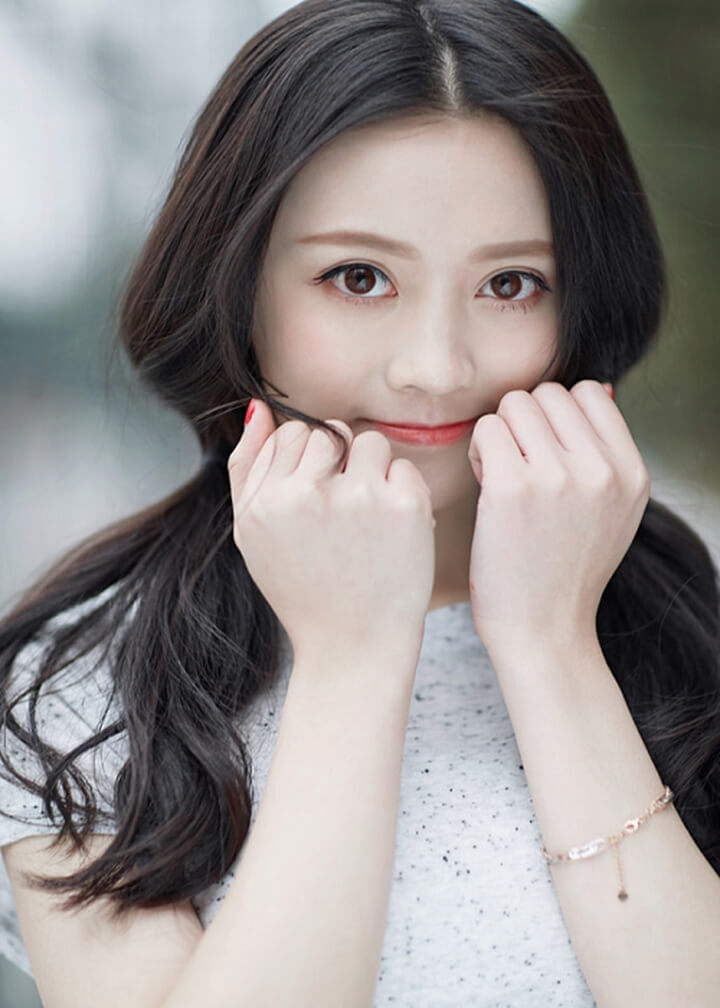 Girl xinh với đôi mắt đẹp long lanh như đang hút hồn người nhìn
