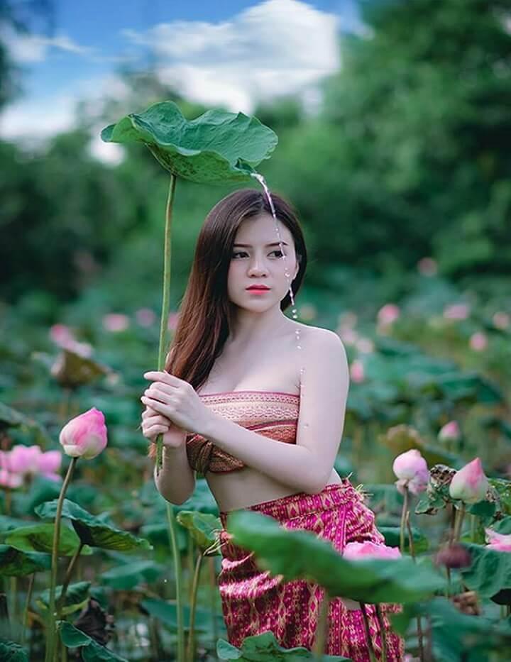 Hình ảnh thiếu nữ xinh đẹp nổi bật giữa hồ sen