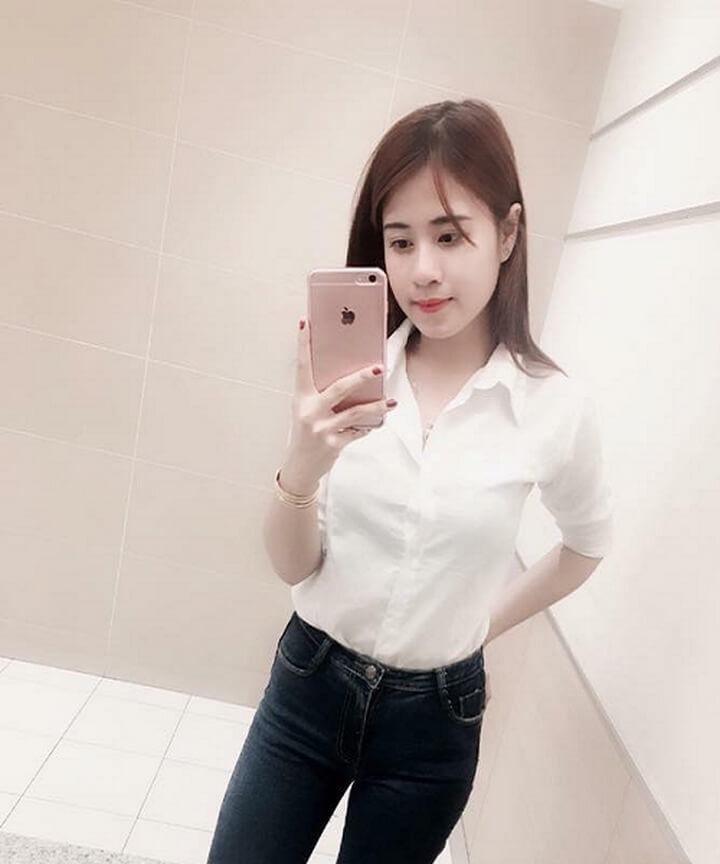 Hot girl xinh đẹp và nổi bật trong trang phục áo trắng quần jean